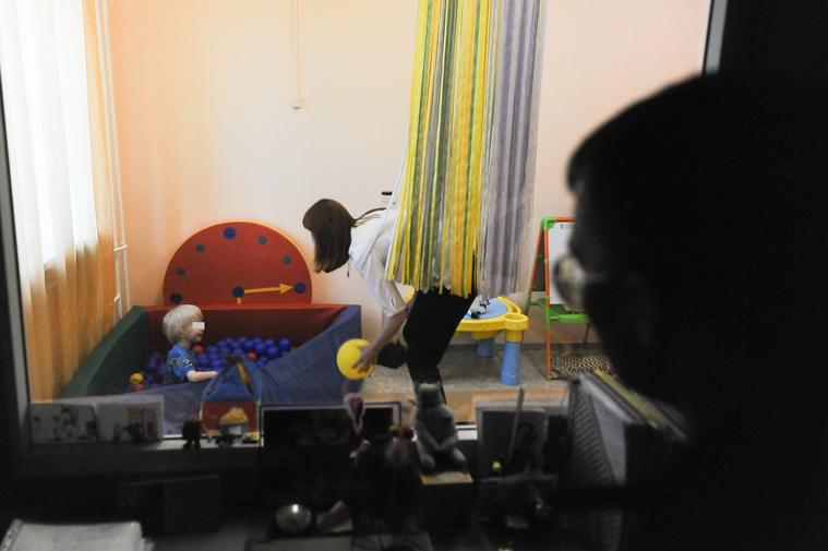 Зеркало Гезелла позволяет видеть ребенка в другой комнате, тогда как он не видит тебя ФОТО: Вадим Ахметов © URA.RU