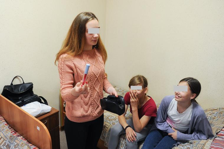 Девчонки хвастаются своей косметикой ФОТО: Вадим Ахметов © URA.RU