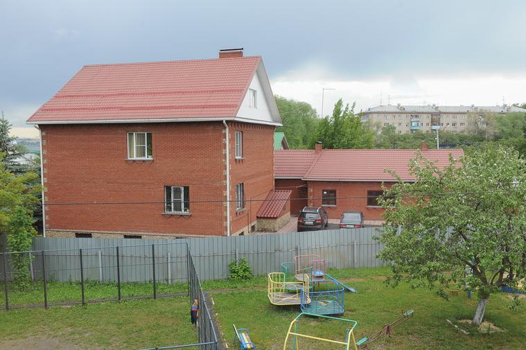 Следственный комитет находится по-соседству — буквально за забором. Следователи — частые гости в детдоме Фото: Вадим Ахметов © URA.RU