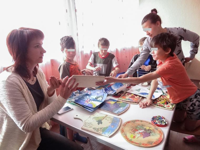 Мальчишки показывают свои «произведения искусств» ФОТО: Андрей Гусельников © URA.RU